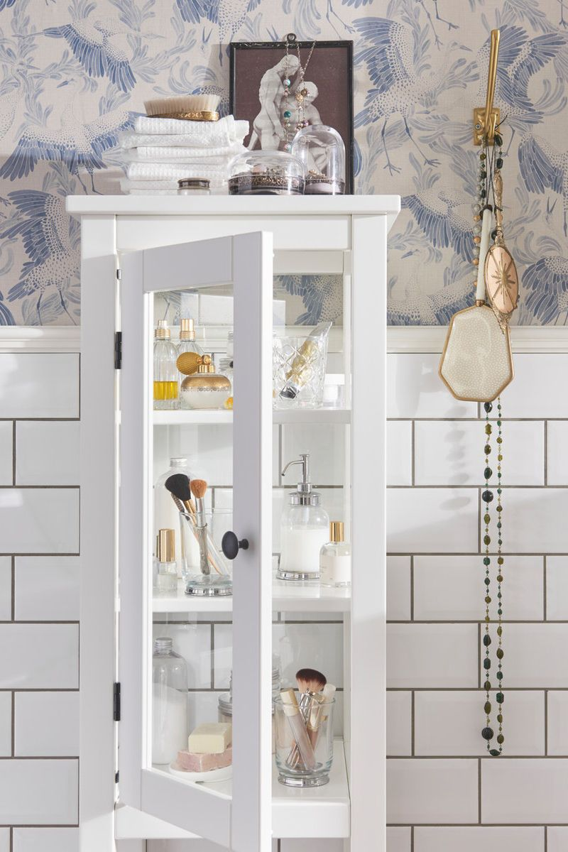 Hemnes Hochschrank Mit Vitrinentur Weiss Ikea Deutschland Glasschrankturen Badezimmerideen Badezimmer Inspiration