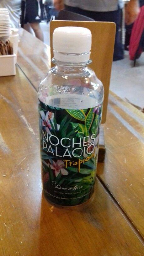 Hermosa etiqueta de botella de agua - me la regalaron al entrar a una tienda por departamento aqui en Mty - la ilustración esta mundial