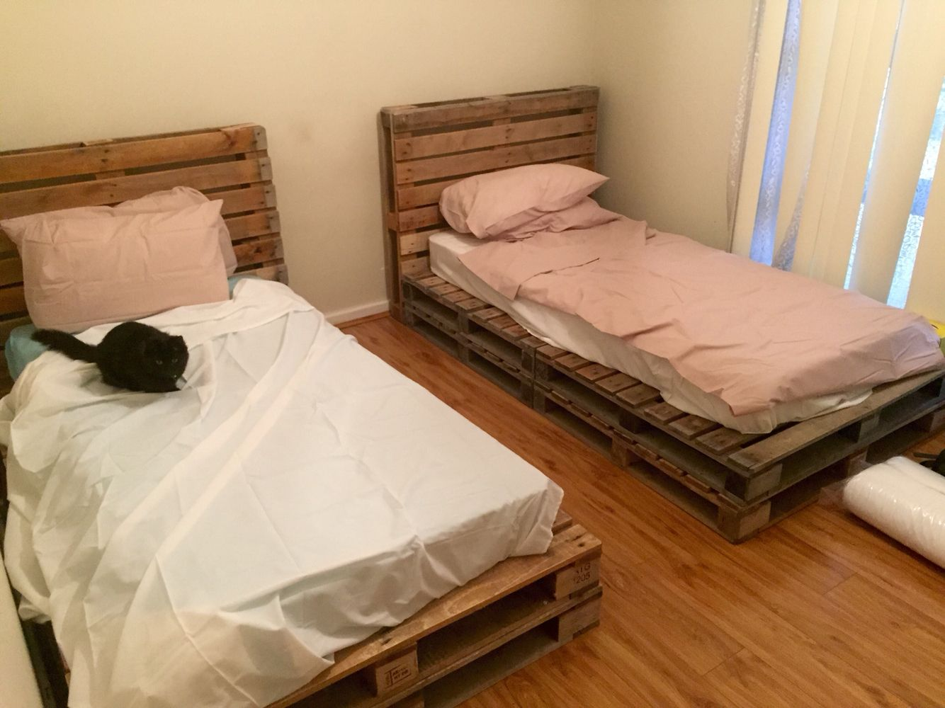 Wooden pallet single beds projects to try pinterest for Pallet bed frame with side tables