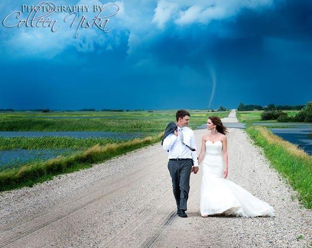Tornado hinter Brautpaar