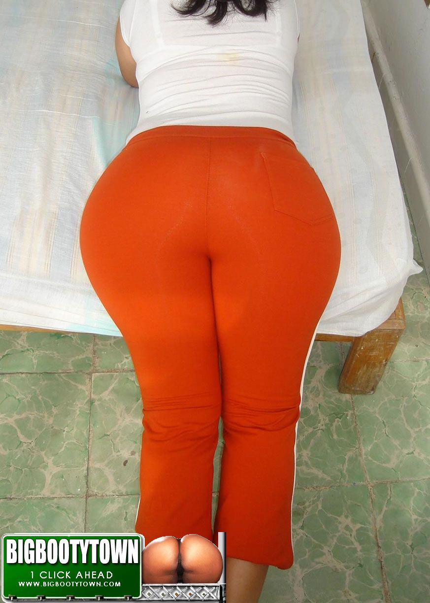 Latina Milf with juicy booty in sweatpants
