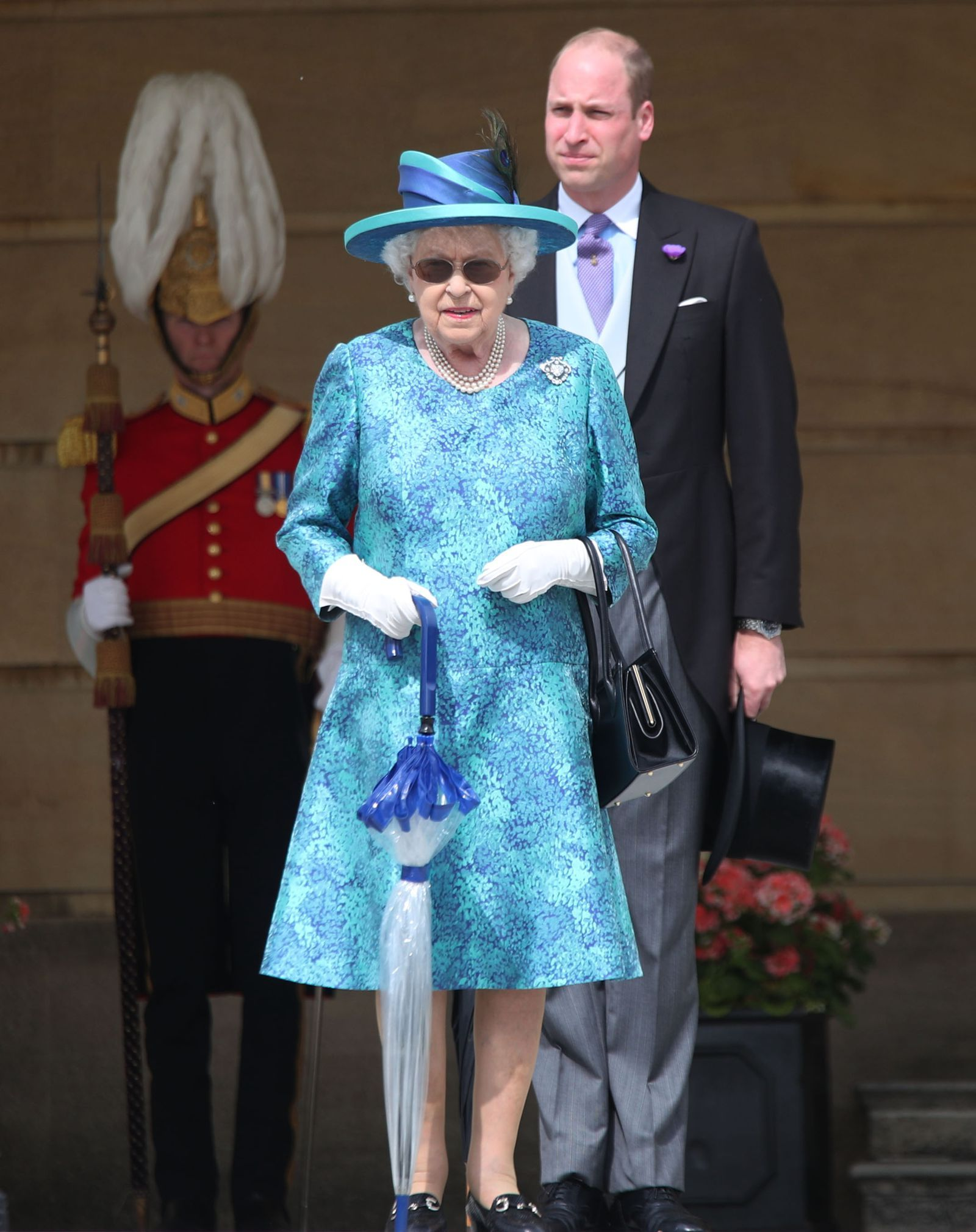 The Queen Is Wearing Sunglasses Today And It S The Greatest Thing Ever Queen Elizabeth Her Majesty The Queen Queen Elizabeth Ii [ 2021 x 1600 Pixel ]