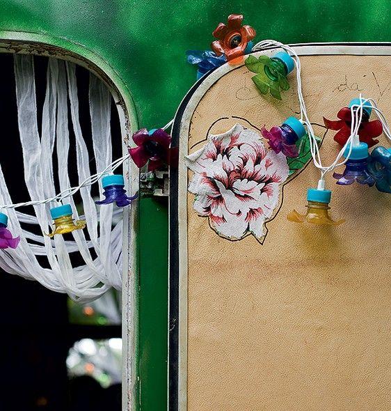 No trailer que serve de escrit�rio e fica no jardim em Trancoso, a porta foi enfeitada com luz pisca-pisca e garrafa pet. Ideia da florista Karin Farah