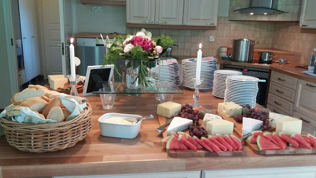 Rippijuhlien juustotarjotin & patonki, lisäksi tarjolla Broilerikeittoa