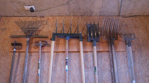 comment fabriquer un rangement pour les outils de jardin? | outils ... - Fabriquer Un Porte Outils Mural