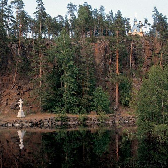 Поклонный крест и Вознесенская часовня у Малой Никоновской бухты. 1992 г.
