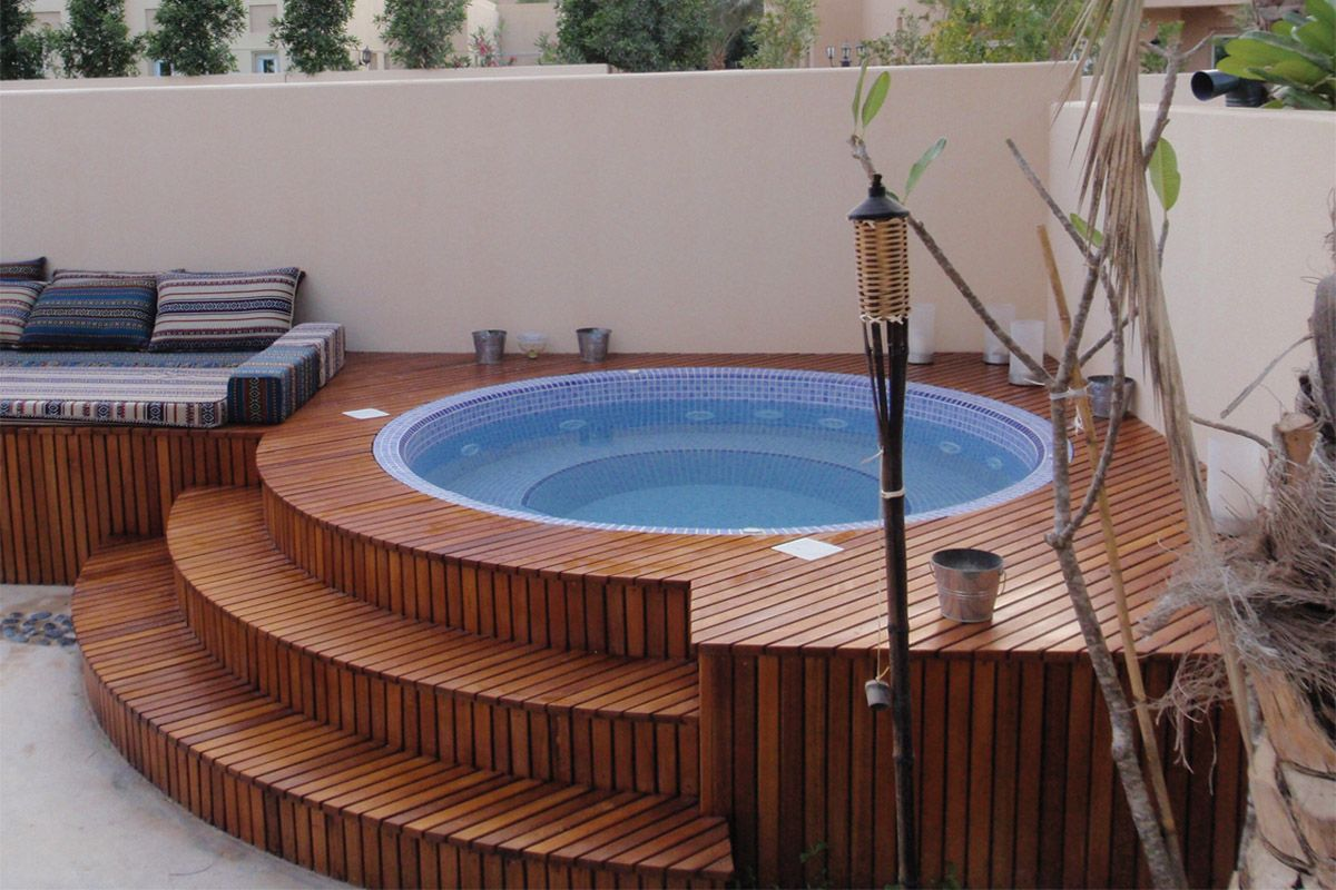 Inflatable hot tub surrounding revisar pinterest for Jacuzzi exterior pequeno