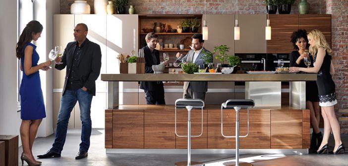 Stehparty in der Küche - mit der höhenverstellbaren Kochinsel von - team 7 küche