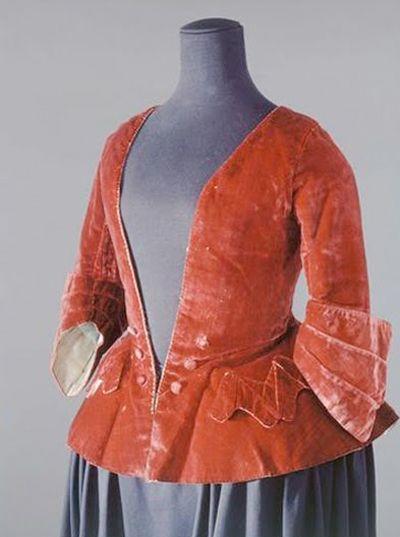 I love that it is velvet!! Casaquin de velours rouge, vers 1700-1725, France, Palais Galliéra, Musée de la mode de la ville de Paris sur Base Joconde
