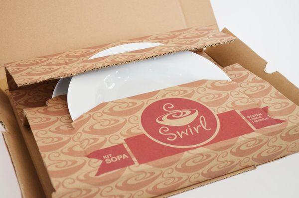 Embalagem para um conjunto de prato para sopa e um sousplat.  O conceito da embalagem foi primeiramente, embalar o produto em si, e também, servir de display para exposição no ponto de venda. A combinação deu certo, e com certeza garantirá o sucesso nas vendas.  Designed by Felipe Uehara
