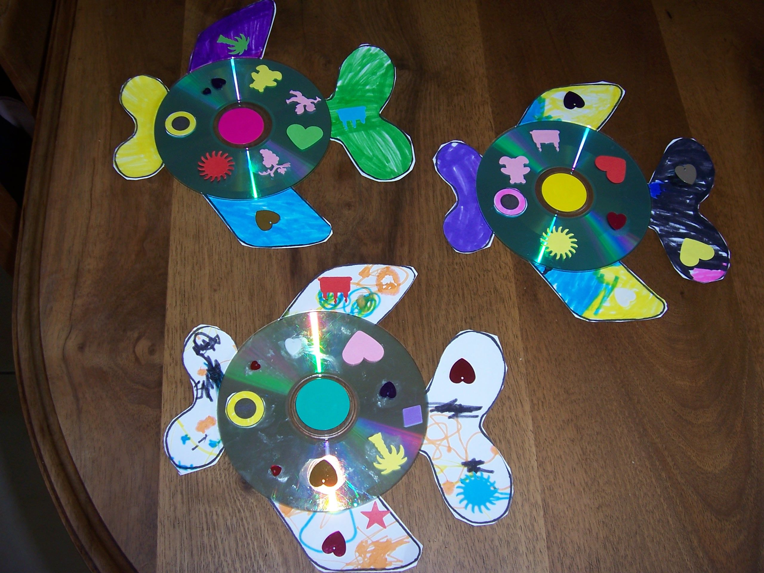 poissons fabriques avec un cd usag bricolage fait a la maison par les enfants pinterest. Black Bedroom Furniture Sets. Home Design Ideas
