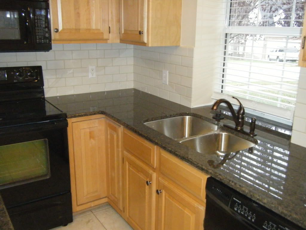 Kitchen backsplash subway tile black granite countertop for Kitchen cabinet countertop ideas