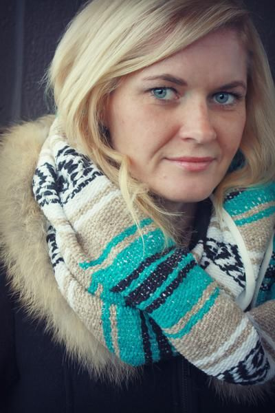 Keep warm and look fantastic in this gorgeous teal and sand coloured scarf…