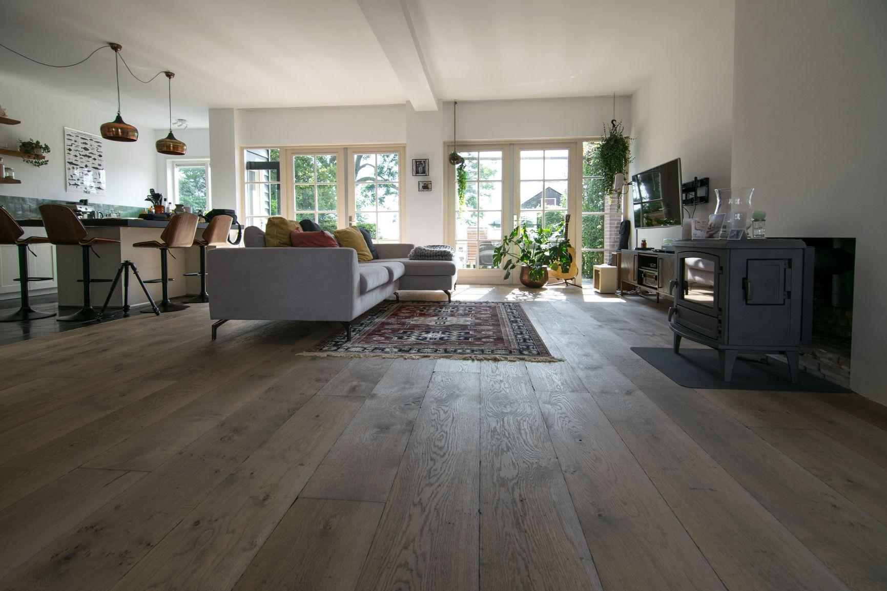 Op maat gemaakte verouderde eiken houten vloer. deze houten vloer is