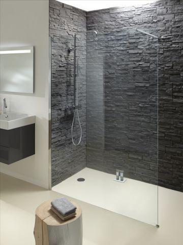 installee dans un coin comme creuse dans la roche cette douche a l italienne apporte un peu de nature dans la salle de bains une douche semi troglodyte
