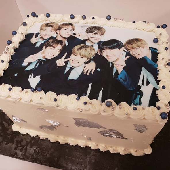 A Special Bts Kpop Band Cake For A 13 Year Old S Birthday Pasteles De Cumpleanos Fiestas Postres Para Cumpleanos Bts Cumpleanos