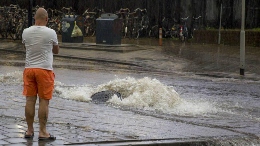 In het Noord-Hollandse Laren schrikken bewoners van de hoge kosten die het afkoppelen van de regenpijp van de riolering met zich meebrengt.