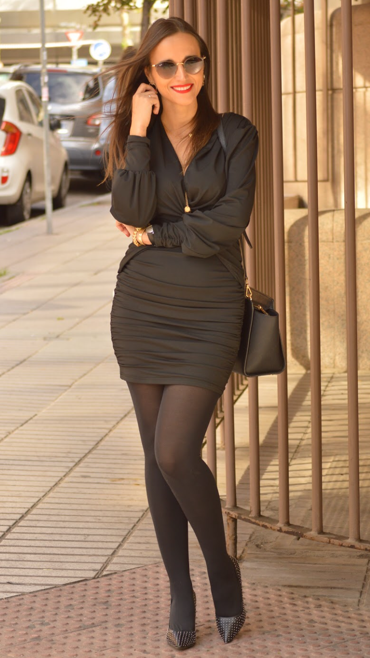 Black As First Seen On Blog 1000 Maneras De Vestir Black She Is Wearing Tights Similar Here Black Fashion Tights Pantyhose Outfits Colored Tights Outfit [ 1334 x 750 Pixel ]
