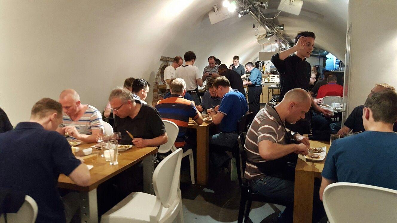 Groep van 50 pers kookworkshop gedaan en zittend dineren