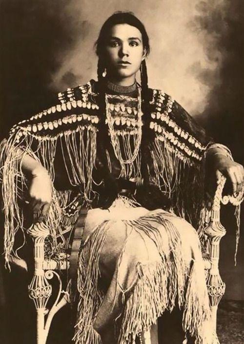 インディアンの10代少女たち…民族衣装を着た100年前の写真いろいろ ...