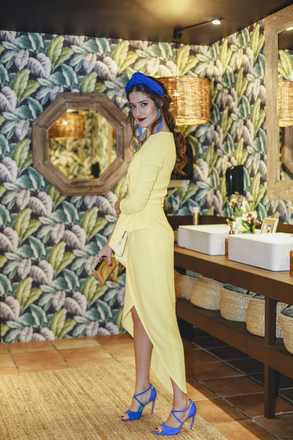 5c2082c3b Mejor look invitada boda mañana vestido amarillo complementos azul klein  tocado