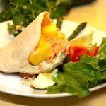 Laxfyllda pitabröd med ägg, mango och kaprissås