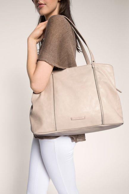 Espritin tilava ja tyylikäs laukku jonne mahtuvat mm. A4- koon paperit. Useita taskuja ja kauniit koristevetoketjut niin edessä kuin takana.  Esprit olkalaukku, 065EA1O023, luonnonvalkoinen