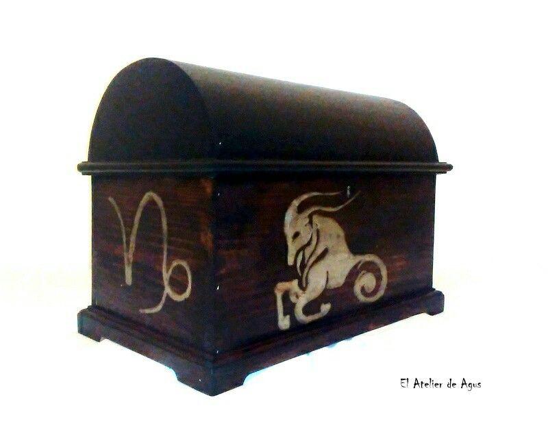 Baúl decorado y personalizado - Capricornio #decoracióncreativaypersonalizada www.facebook.com/elatelierdeagus