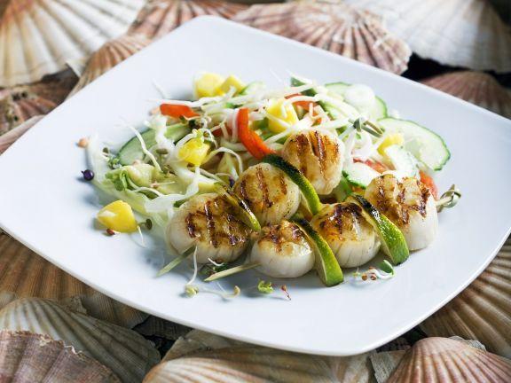 Gegrillte Jakobsmuscheln mit Gemüse-Mango-Salat ist ein Rezept mit frischen Zutaten aus der Kategorie Muscheln. Probieren Sie dieses und weitere Rezepte von EAT SMARTER!