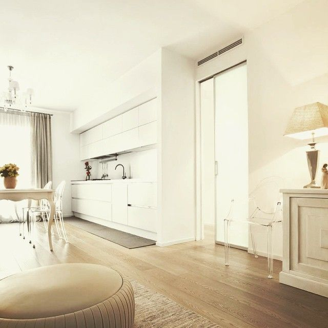 Linee contemporanee e squadrate, colori chiari del pavimento e ...