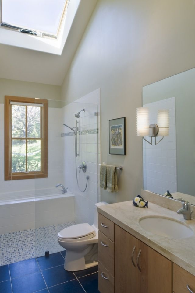 Kleines bad fenster oberlicht badewanne und dusche glas abtrennung bathroom badezimmer g ste - Badezimmer fenster glas ...