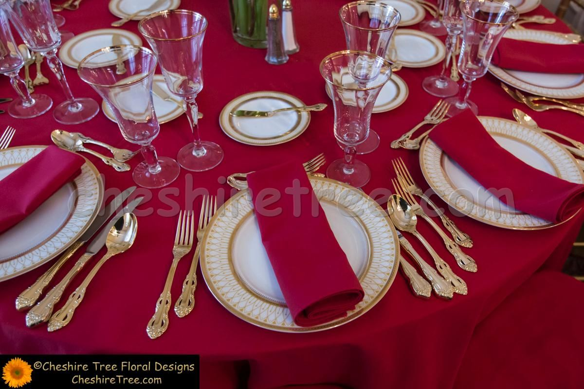 red golld place setting. gold utensils plate and red table cloth and napkin. & red golld place setting. gold utensils plate and red table cloth ...