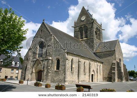 """Sainte-Mère-Église est une commune française, chef-lieu de canton du département de la Manche, dans la région Basse-Normandie - Théâtre de l'un des plus grands exploits de l'histoire militaire, Sainte-Mère Eglise a vu des parachutistes """"pleuvoir"""" sur le bourg et ses alentours durant la nuit du 5 au 6 juin 1944"""