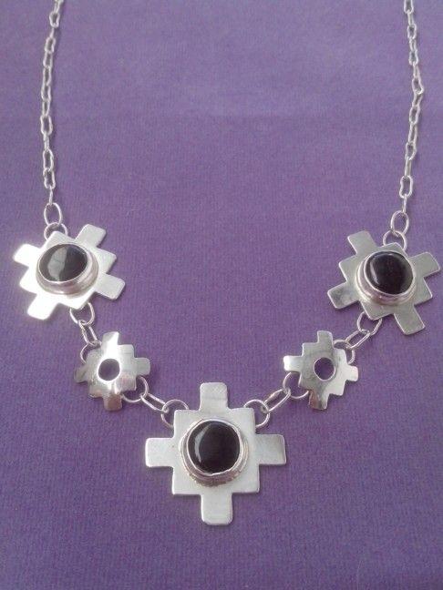 Collar de plata diseño chacana con piedra obsidiana.
