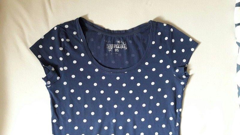 3faa3979a3b3e Süßes blaues kurzärmeliges T-Shirt mit weißen Punkten, Größe XS ...