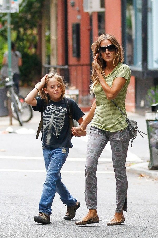 67f385e89 Sarah-Jessica-Parker in Current-Elliott-Multi-Zip-Stiletto-Grey-Camo jeans:  love how she pairs with the yellow stripes