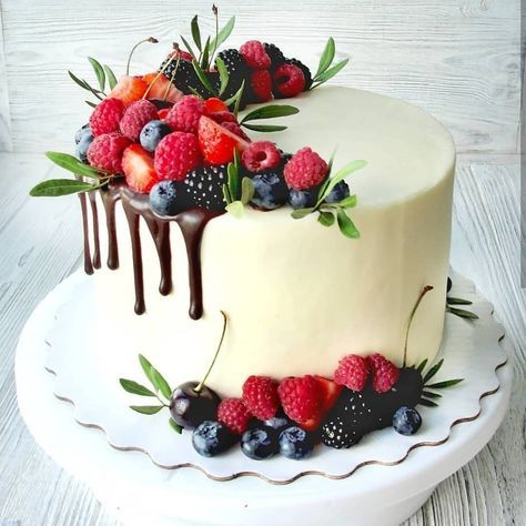 "🍰 CAKES 🍰 COOKIES 🍰 CUPCAKES 🍰 on Instagram: ""Berries! 🍓🍒 Ягоды! Here are some ideas how to decorate cakes with berrier 😍😋 . Вы умеете красиво украшать торт ягодами? Укладывать их так,…"""