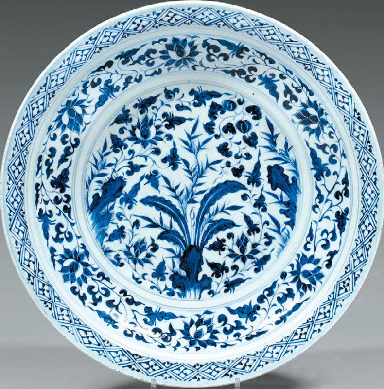 Plat Rond En Porcelaine Blanche D Epoque Yuan 1271 1368 Decore En Bleu Sous Couverte Inscription En Arabe Medieval Ayn Mim Lam Blu