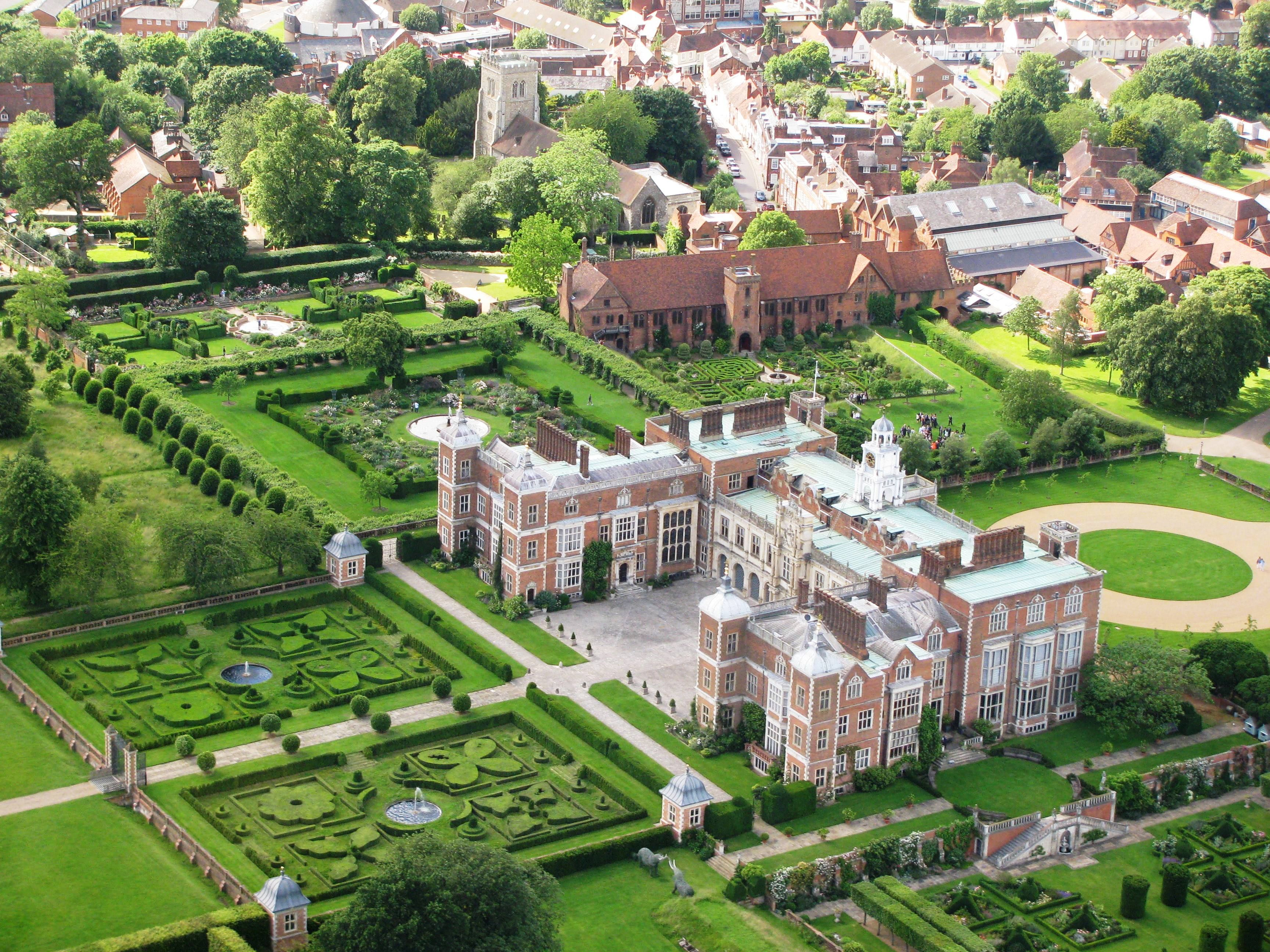 Hatfield House Was One Of The First Houses In England To Show The Italianate Influence Of The Renaiss Hatfield House English Country House English Manor Houses