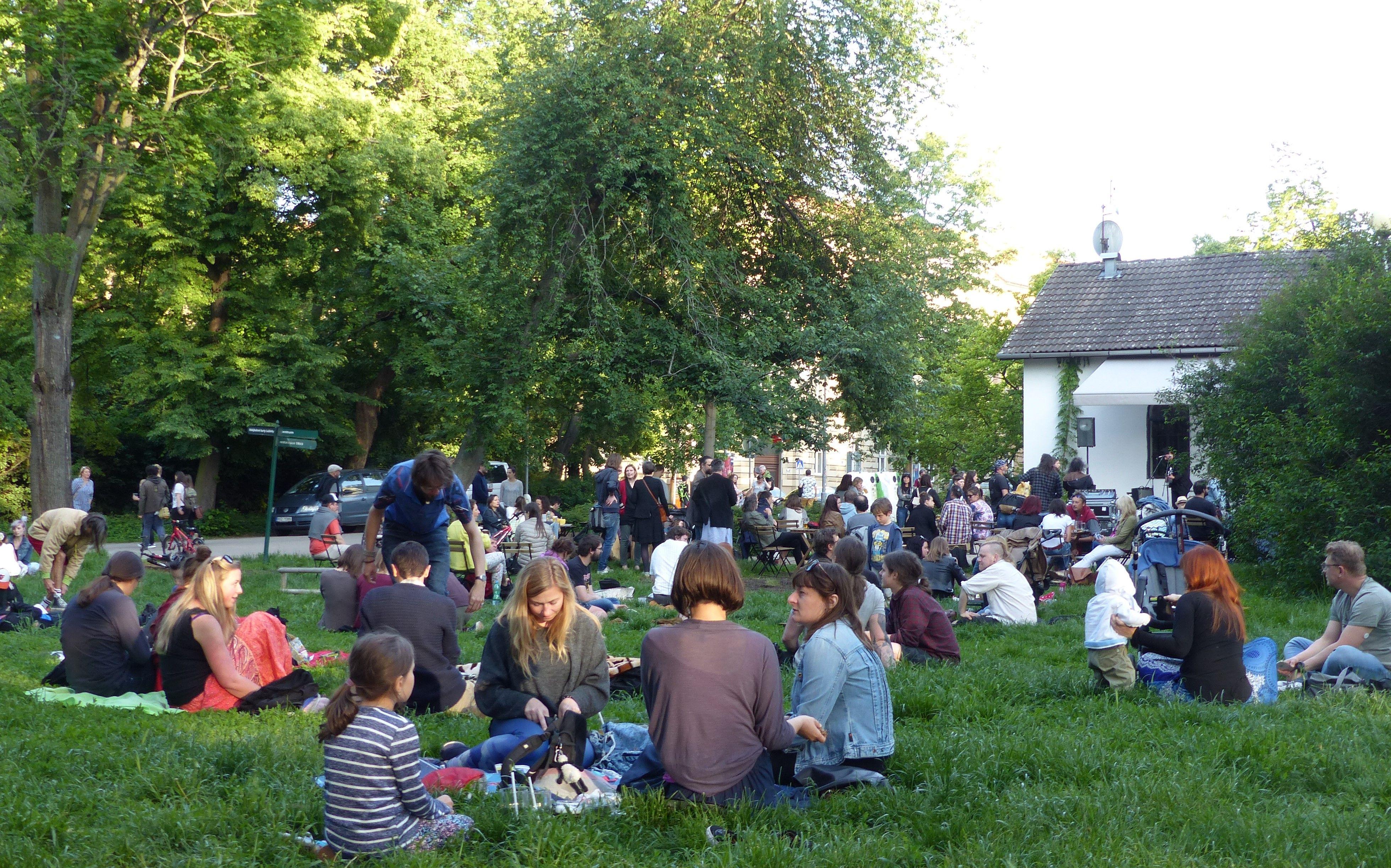 Návštěvníci festivalu PonavaFest při jeho pátečním zahájení v brněnském parku Lužánky
