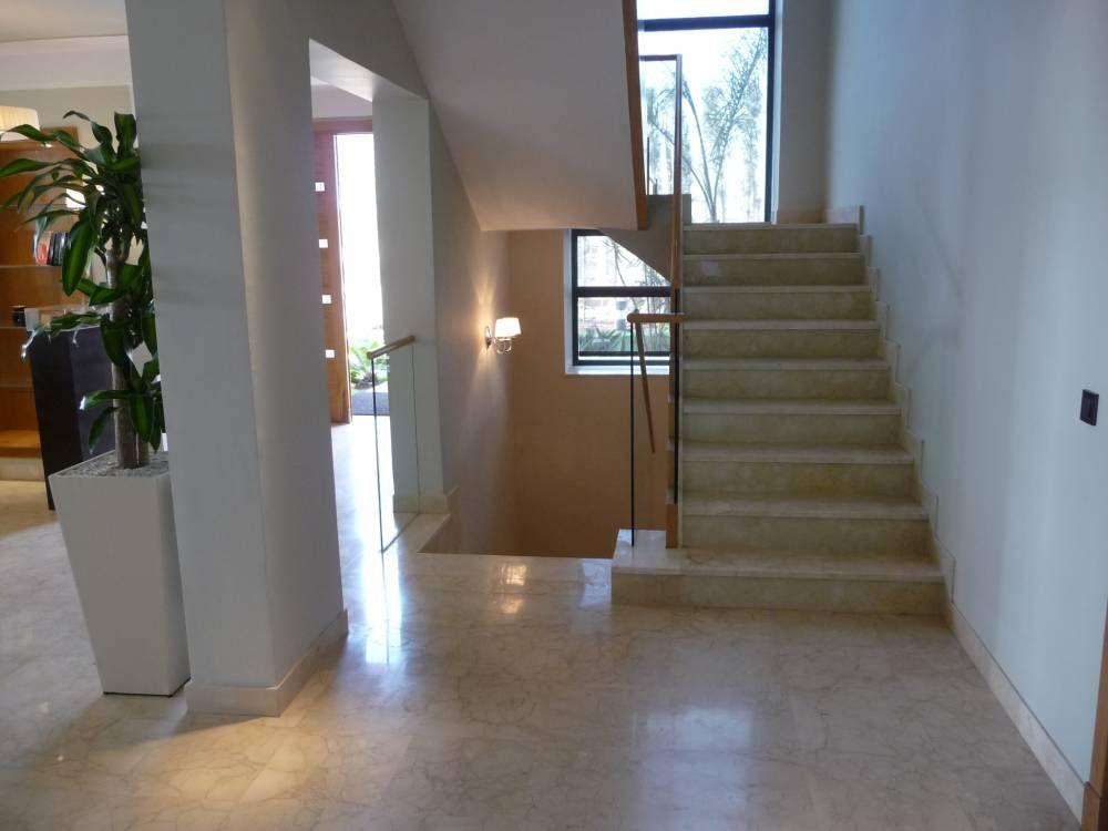 Escalera recta formada por dos tramos en direcciones opuestas Casa