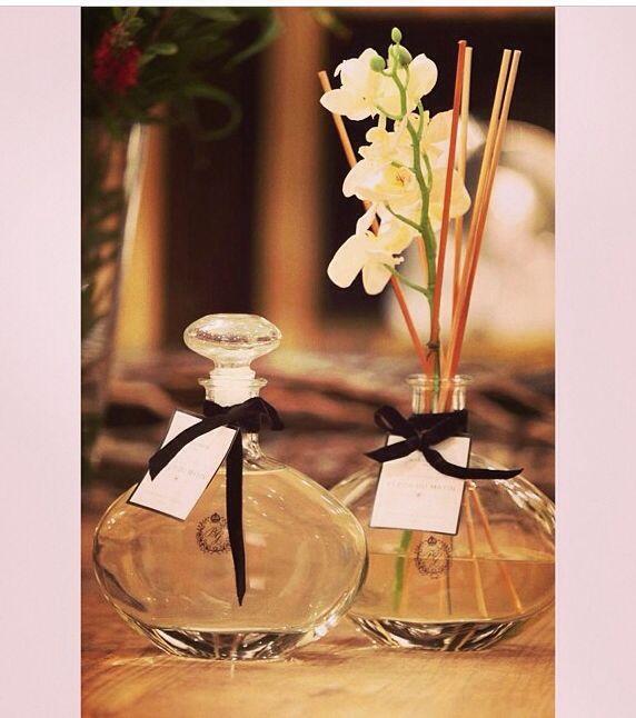 Simples E Elegante Um Ramo De Flor Junto Com O Difusor De