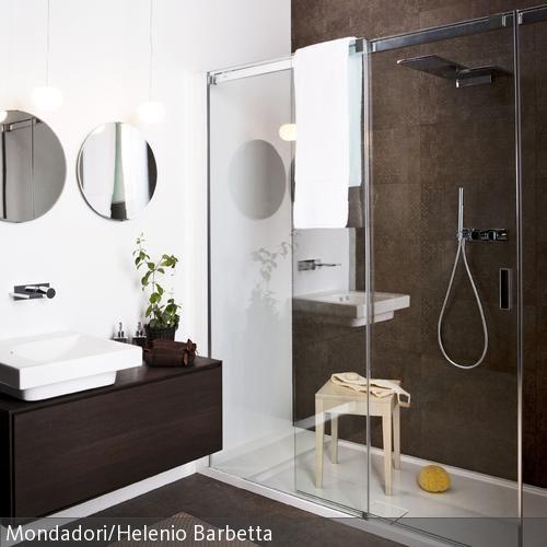 Badezimmergestaltung mit klaren Linien in Braun-Weiß. Die ...