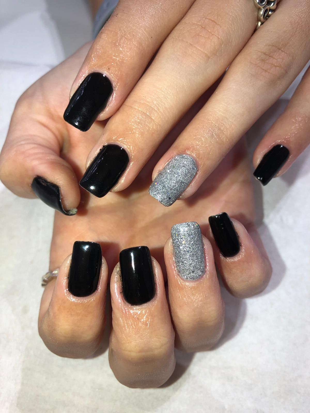 Beautiful Set Of Gel Nails With Black And Silver Colours Gelnails Black Silver Glitter Beauty Nails Gel Nails Nails