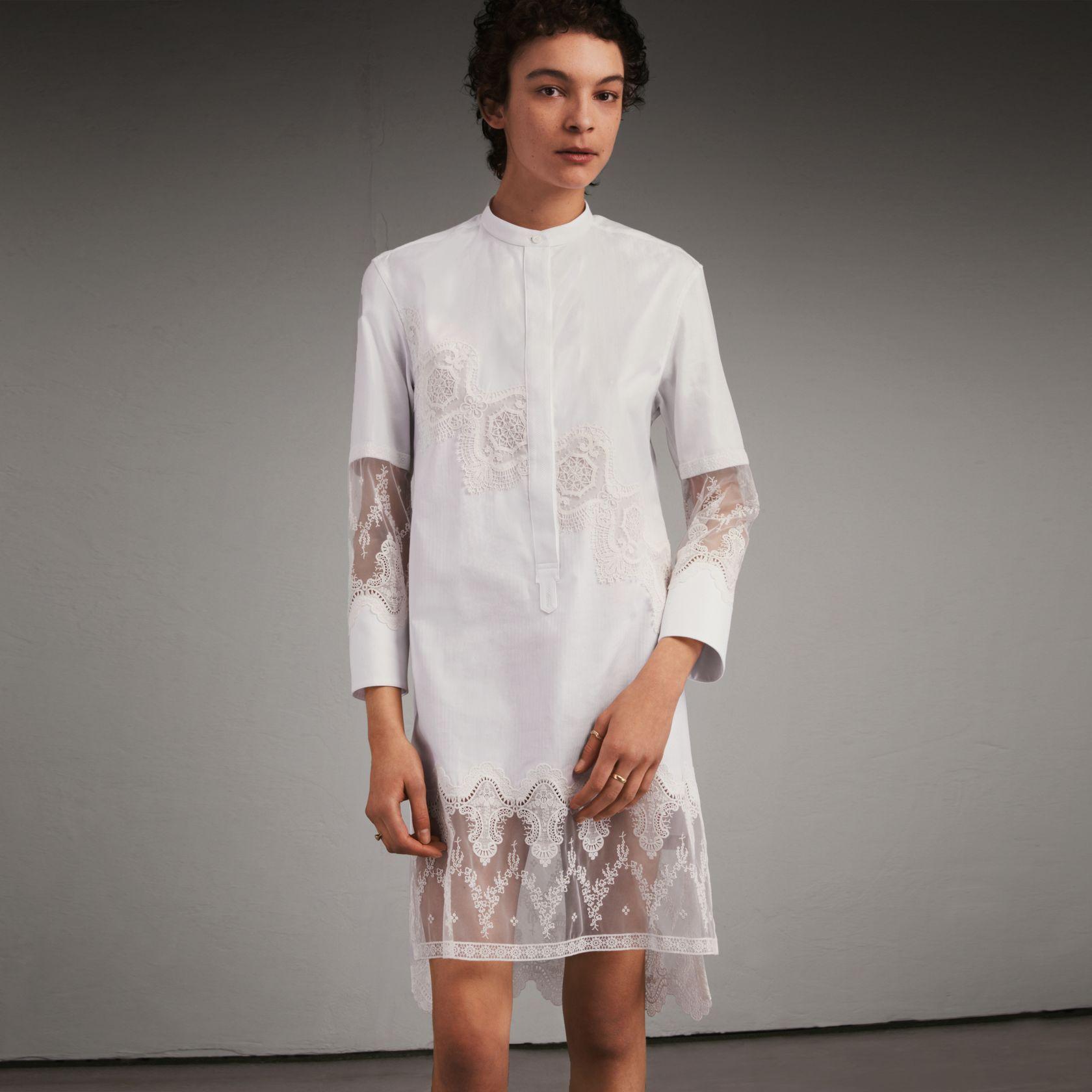 https   fr.burberry.com robe-chemise-en-coton-avec-decoupes-en-dentelle -p45456391 d62a196140c