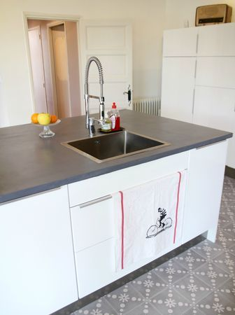 Cuisine Ikéa et plan de travail traité avec du béton ciré chez