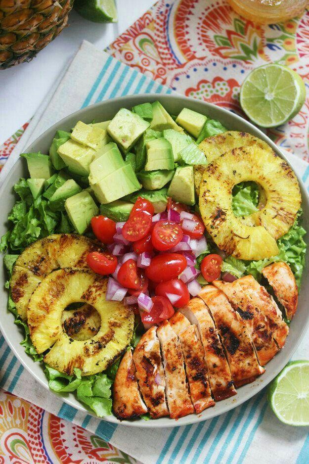 Ensalada de pollo aguacate, piña, tomates .