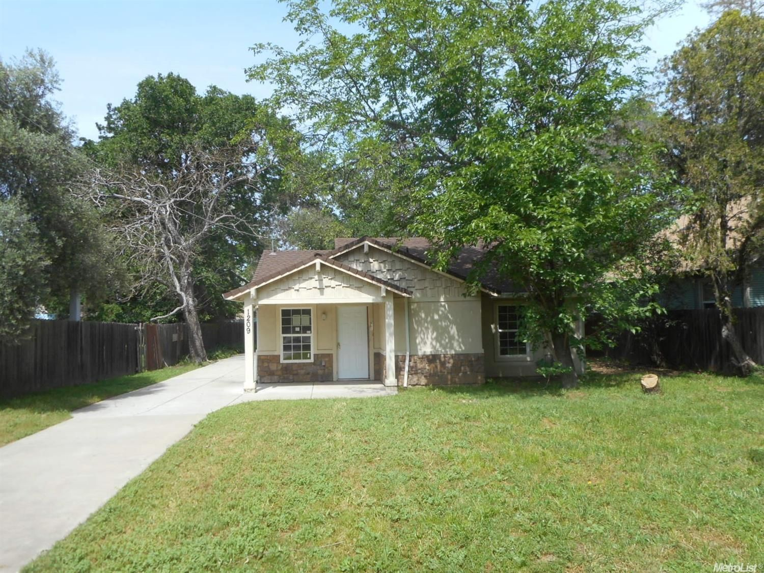 1209 Los Robles Blvd, Sacramento, CA 95838. 3 bed, 1 bath
