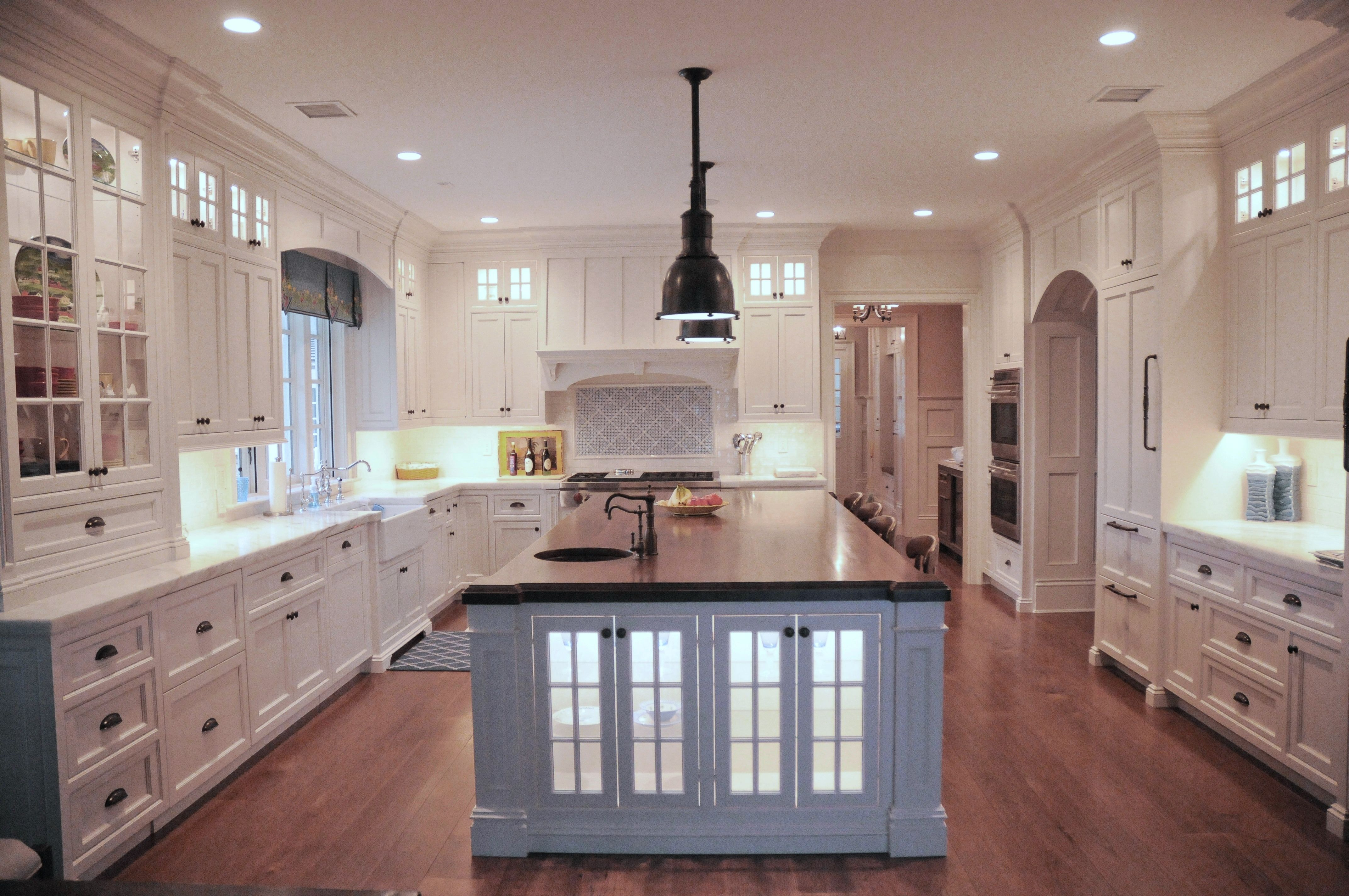 Beautiful Beach House Kitchen With A Large Rich Dark Island Wood Top It Is A Great Contrast Beach House Kitchens White Kitchen Remodeling White Modern Kitchen