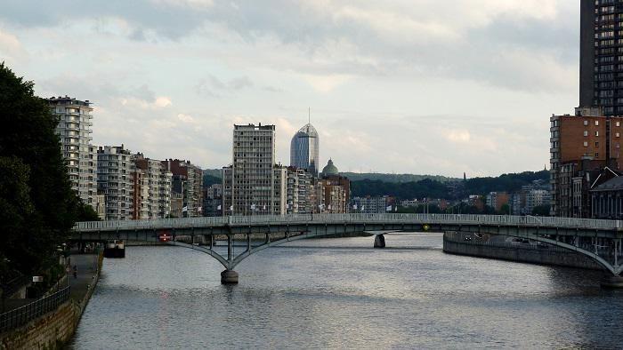 Pont sur la Meuse dans la ville de Liège en Belgique ©Location - location vacances belgique avec piscine